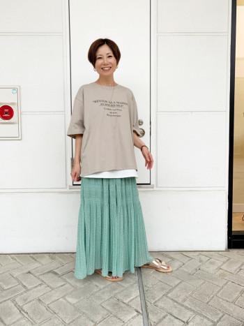 大人見え配色のグレージュとなります。 Tシャツ丈は少し長めでゆったりしすぎないぐらいのシルエットです。