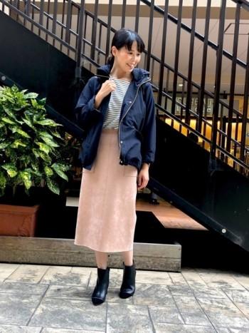 ウエストと裾のドローコードをギューっと絞ると丈も少しあがってコンパクトに着こなせます。伸ばして着る時とは印象ががらっと変わります♪