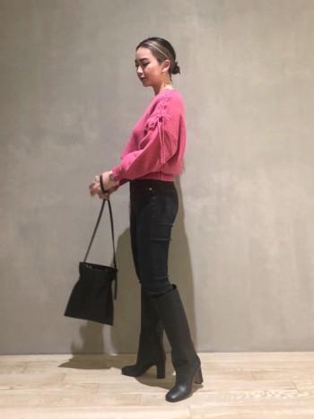 裾が止まってくれるデザインなので ボリュームのあるボトムにも◎ 青み強めなピンクなので甘くなりすぎないです!