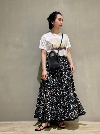 ボリューム感が可愛いスカートですが着てみると軽くて、ウエストがゴムで楽なのでストレスフリーなアイテムです♪ コットン素材なので涼しいですよ◎