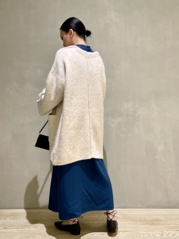 160cm通常サイズ:36着用サイズ:フリー手洗い→不可 伸縮性→あり透け感→なし素材感→ボリューム感と保温性を兼ね備えた素材  しっかりしたボリューム感と、ふわっとした暖かな触り心地でとても暖かいです。袖が長めなので大きく1つ折って羽織っていただいても可愛いです♪