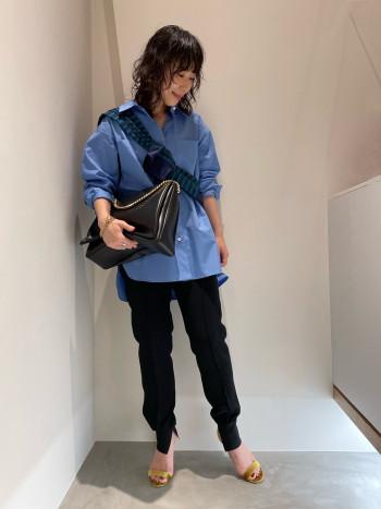 程よいオーバー感が着やすいベーシックシャツです。身長157cmの私が着てヒップがしっかり隠れるくらいの丈感になっています。細身、ワイドどちらのシルエットのボトムスとも相性が良いです。