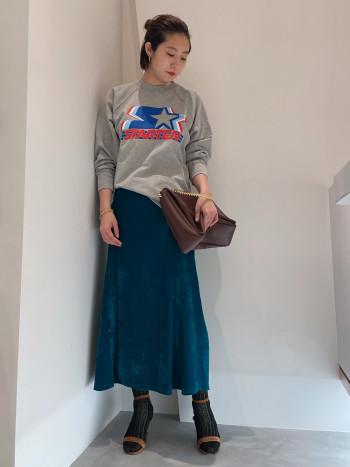形は綺麗なマーメイドライン。 このスカートだけで季節感を演出してくれるのでいまの時期にぴったりです。 ベルベットなのに厚手過ぎないというところも◎