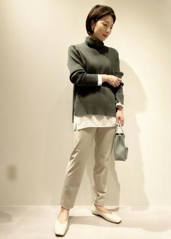 一枚着やインナー使いに着回しが効くロンTの様なブラウス。ポリエステル素材でお洗濯時は乾きやすくシワになりにくいので、こまめなお手入れが不要です。安定しない気温感の時期の一枚着から冬のレイヤードスタイルにとたくさん着回しできます!