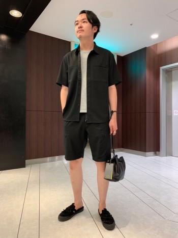 普段Lサイズ着用で48でややゆとりのあるサイズです。 ゆったりというほどではないです。 丈はウエストがゴムなのである程度調整出来ますが、 通常のウエスト位置で膝上です。