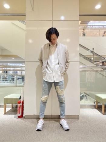 1色ではなく、白とグレーのコンビカラーなのでコーディネートに取り入れやすいデザイン。ワントーンコーディネートで遊んでもよさそうです。クッション性が高く、履きやすいスニーカーです。