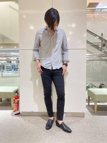 ジャージ素材のスキニーパンツなので履きやすさ抜群です。一見ジャージに見えないしっかりとした素材なのできれいめスタイリングにも取り入れやすいジョグパンツです。普段通りのサイズ46を着用しています。