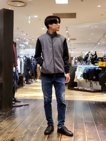 軽さ・ストレッチ性があるので楽に着ることができます。 柔らかさもあるので、ジャケットやコートのインナーとしてのコーディネートもオススメです。