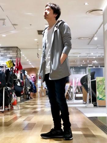 丈の長さが程よく、ラフに着れるアイテム。合わせはスキニータイプのパンツや丸襟のカットソーがオススメ。