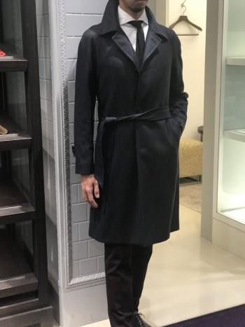 """TAGLIATORE""のベルテッドコートがなんとも妖艶"