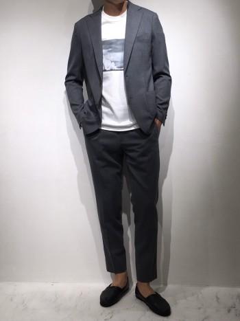 スーツのような生地感ですが、伸縮性もあり軽さもあり抜群の着心地です。