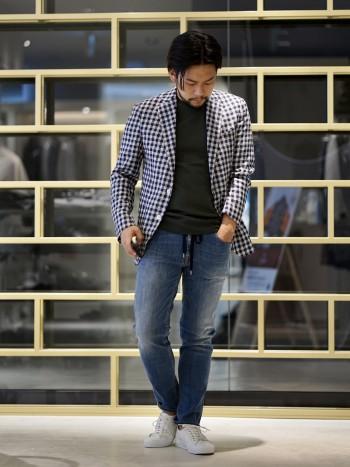 軽くてストレスを感じにくいジャケットです シャツと合わせてビジネスシーンでのご使用はもちろんですが、Tシャツ合わせでシャツ感覚でも羽織っていただけます 大きめのギンガムチェックが珍しいので友達や同僚に差をつけれるかも・・?!