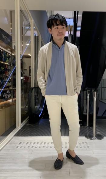 普段48、Lサイズ着用で ホワイトの着ぶくれを抑えるために 46を着用しております。 ウエストゴムかつ、 抜群の伸縮性があるので、サイズダウンでもノンストレスです。