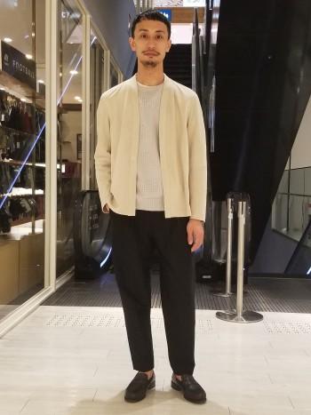 標準サイズです。極薄のスェードがとても軽やかです。カーディガン感覚で着れるジャケットは春にピッタリな1着です。