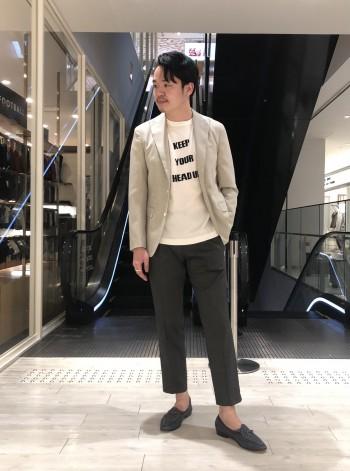 普段48、Lサイズ着用で こちらも48でジャストサイズで裾上げも不要でした。 こんなにキレイなシルエットで細身ですが、 着用感が無いほどの伸縮性でノンストレスです!
