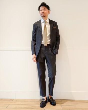 サイズは標準サイズです。リネン特有の光沢感があり、スタイリングにエレガントな雰囲気をプラスしてくれます。非常にストレッチもきいており、ストレスなく着用出来ます。ウェストはゴムの仕様になっており、ドローコードも付いているので、ベルトレスで着用頂けます。