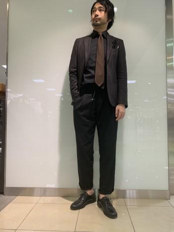 ウールスラックスかのような見た目でジャケットスタイルはもちろん、 ドローコードを使ってカジュアルにも履ける万能パンツ。 シルエットにハマるとやみつきになります。