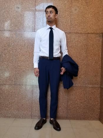 サイズ感は細身で裾にいくにつれて細くなっているテーパードタイプです。ウエストにはゴムが入っている為窮屈感がなく快適です。