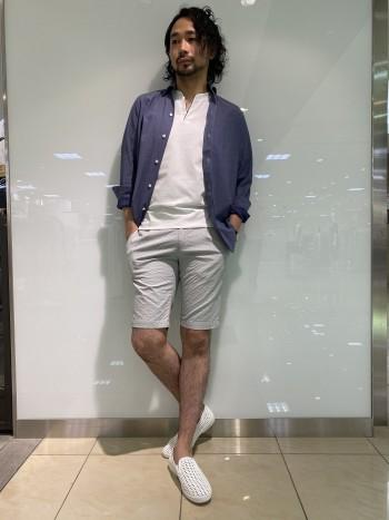 ポロシャツのような肌触りで伸縮性と通気性に富んだシャツです。羽織でもキレイに使え、インアウトどちらでも使える着丈の長さです。