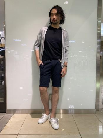 サッカー生地ショーツは着用時の涼しさだけでなく、見た目から夏らしさを感じる仕上がりに。少し青味の強いネービーは重い印象になりずらいので様々なお色とお合わせいただけます。