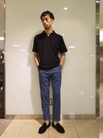 48サイズを着ています。身幅や腕周りにはゆとりがあるので、余裕を持って着るのはこちらのサイズです。