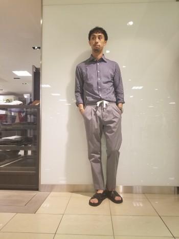 46サイズを穿いています。ウエストがゴム仕様になっているので窮屈さを感じません。キレイに見えるシルエットでありながら少し太ももや裾幅は余裕のあるテーパードタイプのパンツです。
