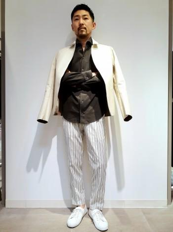 ウエストのゴムや、2タックデザインにより、すごく動きやすいパンツです。裾はかなり絞りが効いており、メリハリのあるテーパードシルエットです。