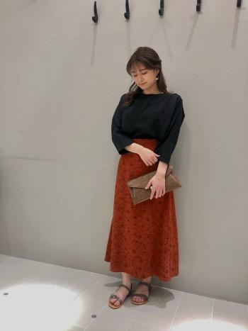 ストレッチ性のある素材で可動もストレス無く動きやすい作り♪ ベーシックカラーなのもフォーマルからカジュアルまで使いやすいカラー◎ ドルマンスリーブなので体のラインも程よく隠してくれる一着です。