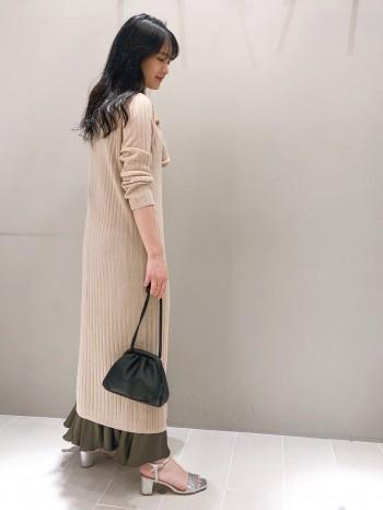 シアー感のあるニット素材なので夏の羽織に◎ 紫外線・冷房対策にも使いやすいカーディガンです♪ デザインはベーシックですが、素材でトレンド感もプラスできる一着!