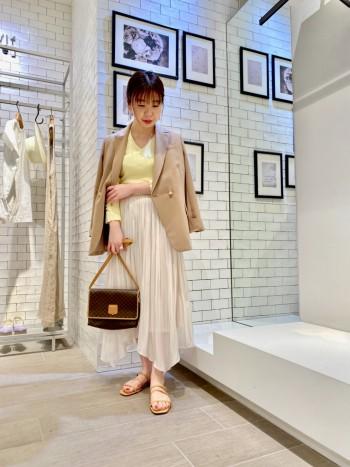 ランダムな裾のデザインと光沢感のある生地が一枚でお洒落に見えちゃうスカートです♪