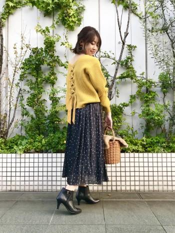 ツヤッとした光沢感が素敵なスカート。冬コーデも軽やかにお召し頂けます。