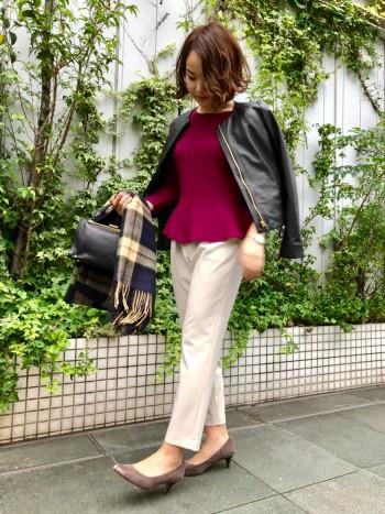 襟元や身頃のデザインがシンプルでスッキリしているので、キレイ目スタイルにも合わせやすく大人っぽく着れるレザーブルゾン。羊革なので柔らかさも程よく、馴染みいいです。