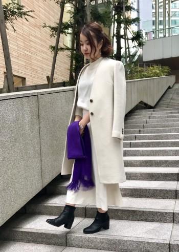 シャープな印象のVネックコートは、ネックラインのすっきりとしたデザインがポイントです。