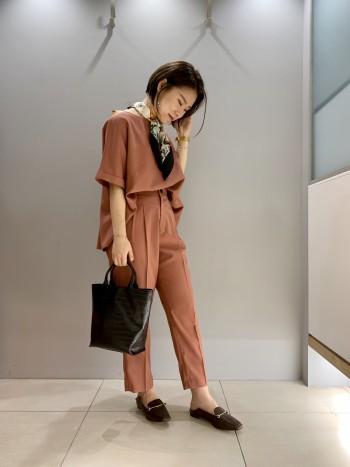 色味がかわいい! レーヨン素材でさらりと着ていただけ、 裾のフレア感がコーディネートに立体感を与えてくれます