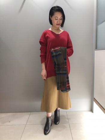 ウール素材を紡績する手法で作られた温かみのあるコットン素材のニットプルオーバー。 コットンメインなので秋から着て頂け、暖房の効いた室内でも快適なのが嬉しい◎ 前身頃と後、袖で編み地を変えているものポイント。 ゆったりとしたシルエットが今年らしく、柄パンツや落ち感スカートなど合わせると今年らしい着こなしに仕上がります!
