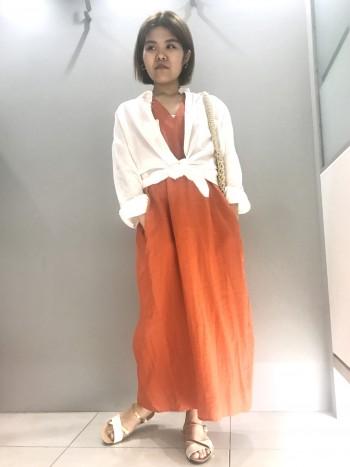 シャツとして着ても、羽織りとしても使える便利なリネンビックシャツ。 ゆったりとしたシルエットが今っぽいですね!
