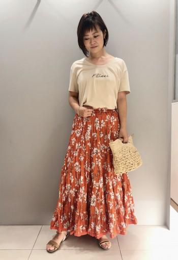 インド綿を贅沢に使用したティアードスカートは、全体に大胆なシワ加工を施し、ボリューミーなのにクラシックでナチュラルな印象。 カジュアルから、ジャケット合わせのキレイめまで幅広いスタイリングに対応できる優秀アイテムです。