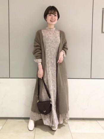 ふわっふわで暖かさが魅力のラクーン素材を使用したカーディガン! 身長158cmで足首がしっかりと見える丈感なので、ワンピースの裾もチラッと覗いてくれます♪