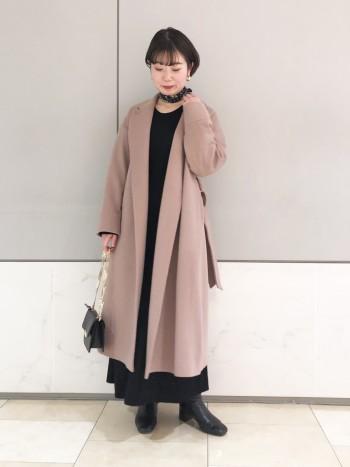 長すぎない丈感と落ち着いたピンクが他にはないコート。柔らかい肌触りも特徴的です。