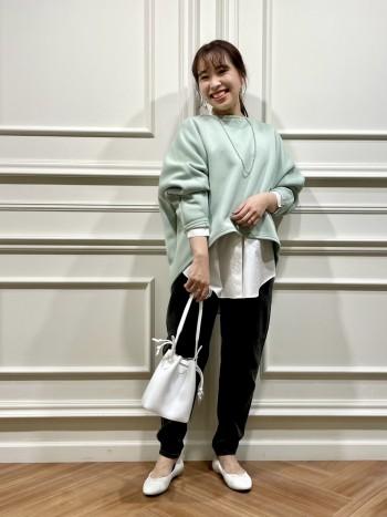 スタンドカラーでシンプルなデザインが使いやすいです。 重ね着もし易い丈感なので着回し力が高いです。