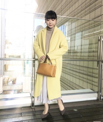 コクーン型のシルエットで、女性らしい雰囲気のチェスターコートです。