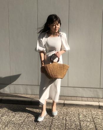 首元のスクエアネックや高めのウエスト位置で、女性らしいラインが出て可愛いです! インナーが透けない麻混の素材で、カジュアルにも着まわせます♩
