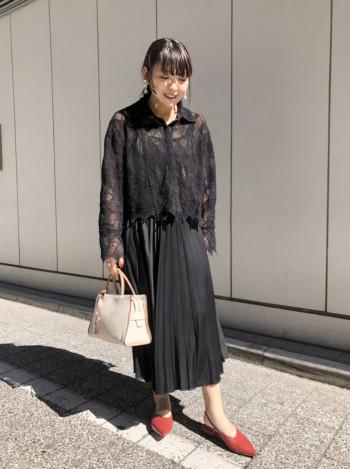 バッグスリングで脱ぎ履きしやすく、女性らしい華奢な足元になります。 甲高の方も気にならず履けるので普段のサイズをおすすめします。