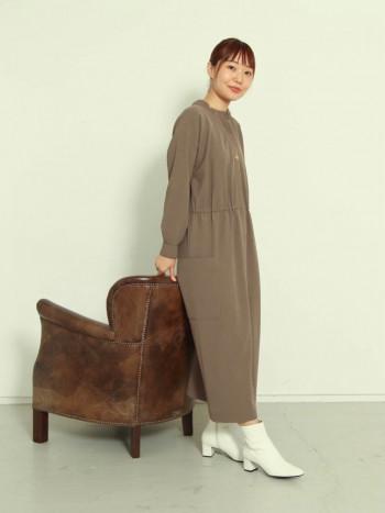 履き心地はタイトめに感じましたが、柔らかい革なので馴染みやすいです。 普段のサイズよりワンサイズ上げていただくとソックスや厚手のタイツを合わせやすいとおもいます。