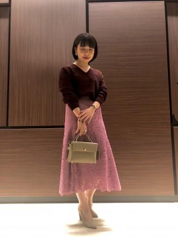 鮮やかなピンク色が目を惹く華やかなマーメイドラインのスカートです♪