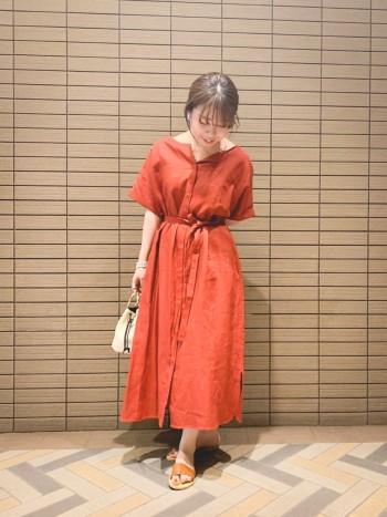 ハリのあるリネン素材のワンピース!一枚で様になる楽ちんな一着です♪羽織としても使える万能アイテムです★