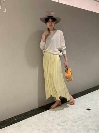 落ち感が綺麗に出るので、ギャザースカートにありがちなボリュームの出過ぎ感がなく着やすいです。 裾が少し透けるデザインですが、元の長さがしっかりあるので軽やかさがプラスされてすごく上品な印象です。ウエストゴムなので、ニットやTシャツをインしてももたつかないのも嬉しいポイントです!