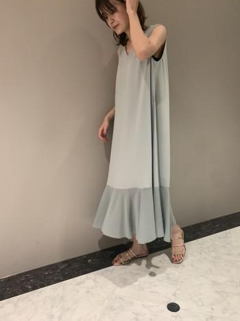 切り替えの位置が低いので、甘すぎずシンプルなデザインがポイントです。 歩いた時に裾のフレアが綺麗に揺れるので、より女性らしく着ていただけます。 淡いカラーですが透け感は強くないので、アタリの出ないインナーを着用して頂ければ大丈夫です。