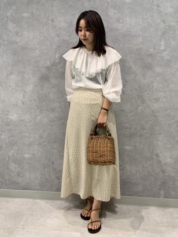 衿元のデザインがとてもかわいいブラウスになっております。パンツがシンプルでもとても華やかになるアイテムです。