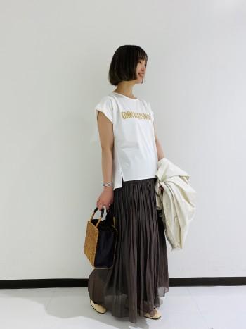 シロTなのに透けにくい。タックげ入っているのでカジュアルになり過ぎないTシャツ。